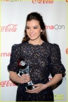hailee-steinfeld-isla-fisher-cinemacon-cuties-16